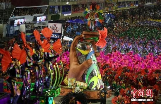 資料圖:3月3日晚,2019年里約熱內盧狂歡節特級組桑巴舞校在桑巴大道開始花車巡游表演。