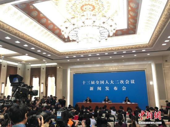 3月4日,十三届全国人大二次会议在北京人民大会堂举行新闻发布会,大会发言人张业遂就大会议程和人大工作相关的问题回答中外记者提问。<a target='_blank' href='http://www.chinanews.com/'>中新社</a>记者 侯宇 摄