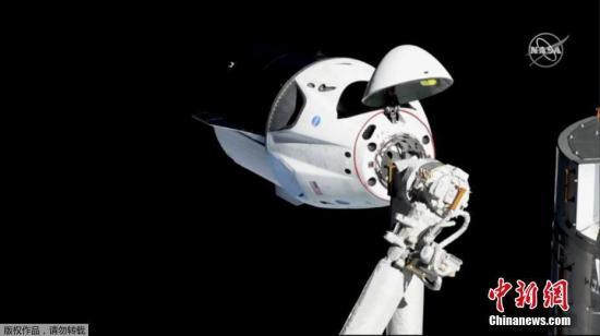 资料图:当地时间3月3日,美国宇航局在任务现场直播视频宣布,SpaceX载人龙飞船成功与国际空间站进行对接。