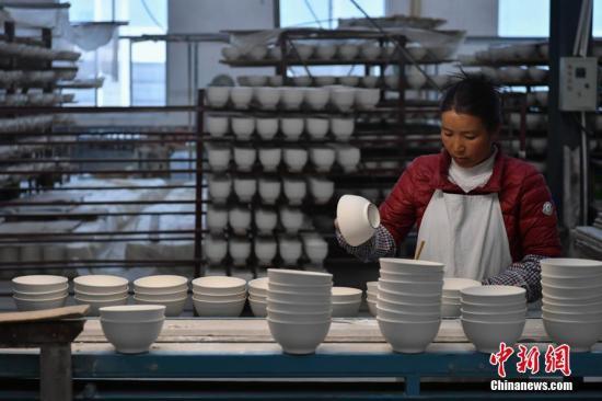 """3月2日,坐落云南省丽江市永胜县的永胜瓷业有限责任公司内,工人们正进行出产作业。据了解,该厂是闻名的""""永胜瓷""""原产地,至今已有100多年前史。记者 任东 摄"""