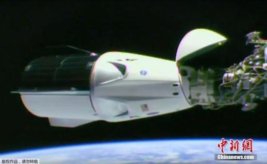 """当地时间3月3日,美国宇航局在任务现场直播视频宣布,SpaceX载人龙飞船成功与国际空间站进行对接。载着载人龙飞船的助推火箭""""猎鹰9""""于3月2日,从美国佛罗里达州卡纳维拉尔角空军基地发射。飞船里有个假人模型,用来记录真实宇航员承受的各项数据。"""