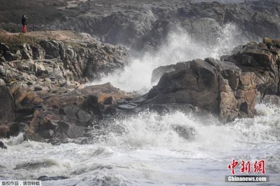 资料图:狂风弗雷娅(Freya)来袭,法国西部海滨卷起巨浪。