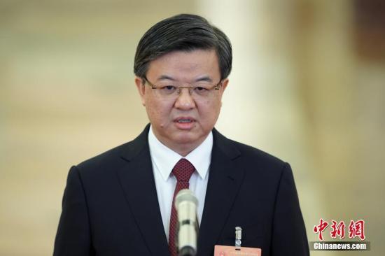"""图为海关总署署长倪岳峰在""""部长通道""""接受采访。中新社记者 崔楠 摄"""