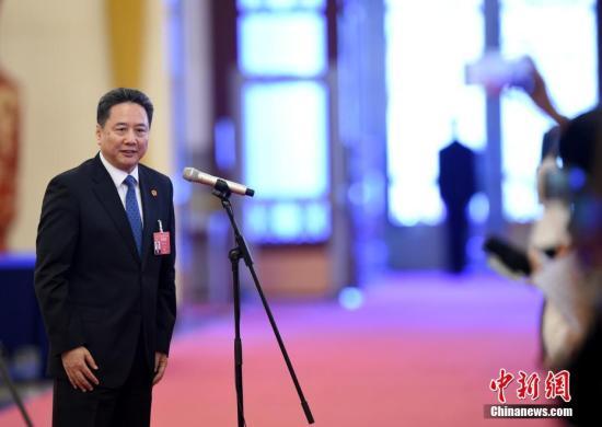 """图为交通运输部部长李小鹏在""""部长通道""""接受采访。中新社记者 侯宇 摄"""