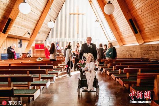 求婚被拒43年终如愿 英74岁老爷爷成功迎娶挚爱