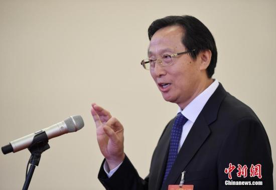 """图为农业农村部部长韩长赋在""""部长通道""""接受采访。中新社记者 侯宇 摄"""