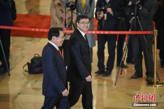 """3月5日,十三届全国人大二次会议在北京人民大会堂开幕。图为全国人大代表李东生(左)、陈刚(右)步入""""代表通道""""接受采访。<a target='_blank' href='http://www.qfhfbh.com/'>中新社</a>记者 崔楠 摄"""