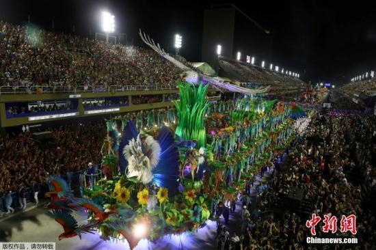 ��地�r�g3月5日,巴西里�s��缺R狂�g�,巨型花��⒓涌�g�游行。近日,2019年巴西里�s狂�g��e行,�F�鋈松饺撕#�整座城市�⒊两�在狂�g中。