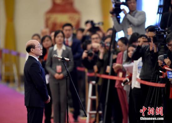 """图为国务院台湾事务办公室主任刘结一在""""部长通道""""接受采访。 中新社记者 侯宇 摄"""
