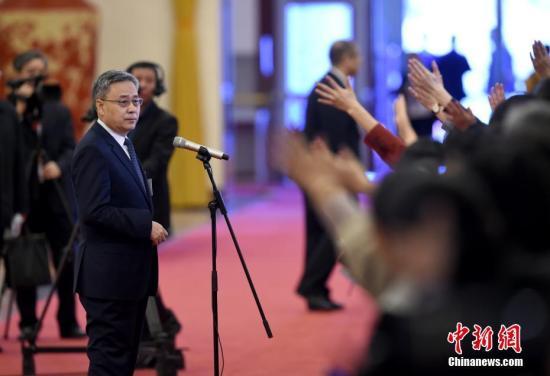 """图为中国银行保险监督管理委员会主席郭树清在""""部长通道""""接受采访。中新社记者 侯宇 摄"""