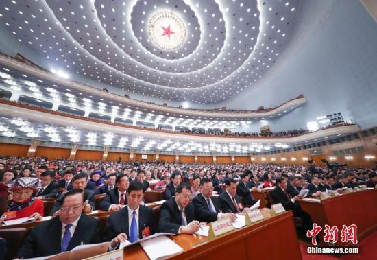 资料图:3月5日,十三届全国人大二次会议在北京人民大会堂开幕。<a target='_blank' href='http://www.chinanews.com/'>中新社</a>记者 刘震 摄