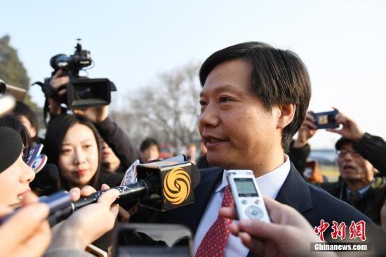 3月5日,十三届全国人大二次会议开幕会在北京人民大会堂举行。图为开幕会前,全国人大代表雷军接受媒体采访。<a target='_blank' href='http://www.chinanews.com/'>中新社</a>记者 张娅子 摄