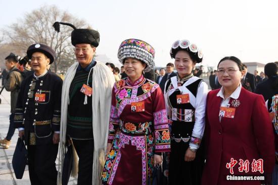 3月5日,十三届全国人大二次会议在北京人民大会堂开幕。云南代表团代表抵达会场。中新社记者 张娅子 摄