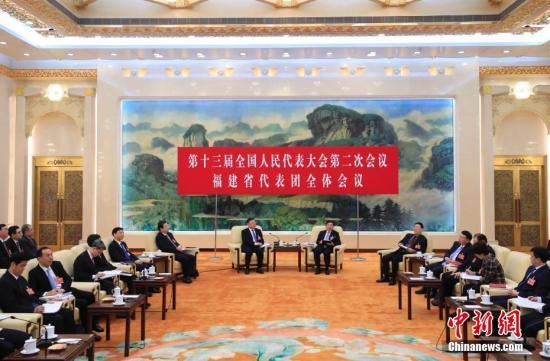 3月6日,十三届全国人大二次会议福建省代表团在北京人民大会堂福建厅举行全体会议,审议政府工作报告并对中外媒体开放。代表审议发言后,福建团代表接受中外媒体采访。中新社记者 杜洋 摄