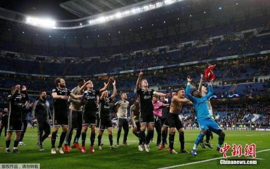 资料图:阿贾克斯在赛后庆祝胜利。