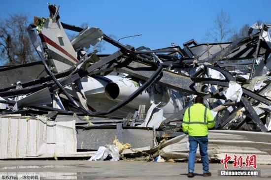 当地时间3月5日,美国阿拉巴马州一处机场的废墟里,救援人员发现一架庞巴迪挑战者350私人飞机。