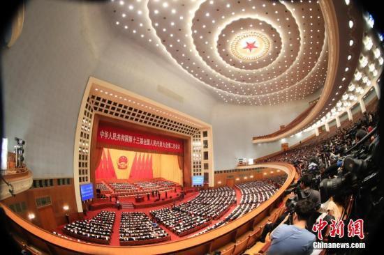 3月8日,十三届全国人大二次会议在北京人民大会堂举行第二次全体会议,听取全国人大常委会委员长栗战书关于全国人民代表大会常务委员会工作的报告,听取全国人大常委会副委员长王晨关于外商投资法草案的说明。<a target='_blank' href='http://www.chinanews.com/'>中新社</a>记者 杜洋 摄