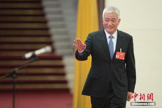 """3月8日,十三届全国人大二次会议在北京人民大会堂举走第二次通盘会议。图为科学技术部部长王志刚在""""部长通道""""批准采访。中新社记者 王骏 摄"""