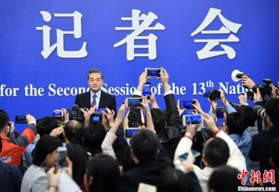 """3月8日,十三届全国人大二次会议新闻中心举行记者会,邀请国务委员兼外交部长王毅就""""中国外交政策和对外关系""""相关问题回答中外记者提问。中新社记者 侯宇 摄"""