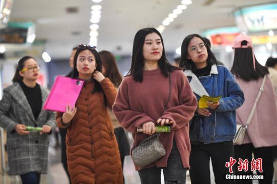 3月8日,山西太原举行女性专场招聘会,众多即将毕业的女大学生现场寻找合适工作,成为求职现场的一道靓丽风景。 武俊杰 摄