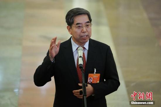 """3月8日,十三届全国人大二次会议在北京人民大会堂举行第二次全体会议。图为国务院发展研究中心党组书记马建堂在""""部长通道""""接受采访。<a target='_blank' href='http://www.chinanews.com/'>中新社</a>记者 崔楠 摄"""