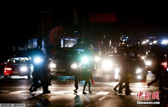 资料图:委内瑞拉日前遭遇大规模停电,从7日晚间开始,政府在加拉加斯各主要街道部署了大批警力,疏导交通。电视画面显示,加拉加斯的地铁停运,大批民众只能步行回家。
