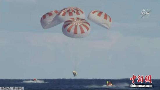 """资料图:当地时间3月8号,美国太空探索技术公司(SpaceX)的载人版""""龙""""飞船脱离国际空间站返航,成功降落在大西洋海面上。(视频截图)"""