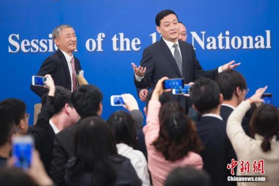 图为肖亚庆(右)答记者问。中新社记者 王骏 摄