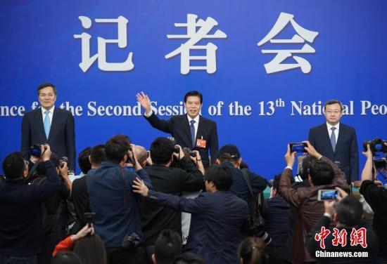 商务部部长钟山(中)、副部长兼国际贸易谈判副代表王受文(右)、副部长钱克明(左)。中新社记者 崔楠 摄