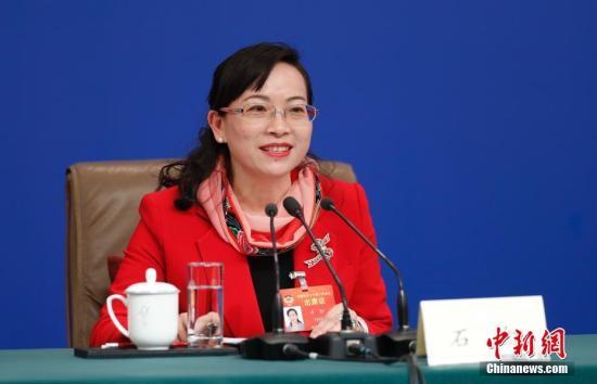 图为湖南省湘西土家族苗族自治州政协副主席石红委员答记者问。 中新社记者 杜洋 摄