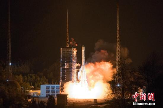 北京时间3月10日0时28分,中国自主研制的长征三号乙运载火箭在西昌卫星发射中心点火起飞,成功将中星6C卫星送入太空。中国长征系列运载火箭的发射次数正式刷新为300次。中新社发 郭文彬 摄