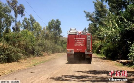 埃塞俄比亚航空公司发表声明证实了该起事故,图为埃航工作人员前往事故现场,全力协助救援行动。