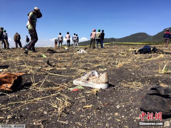 3月10日,埃塞俄比亚航空公司一架载有157人的客机坠毁,机上无人生还。图为埃塞俄比亚比绍夫图镇(Bishoftu)附近的坠机地点遍地残骸。