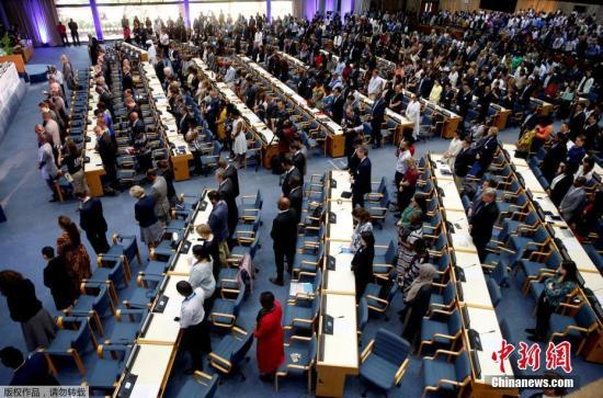 当地时间3月11日,肯尼亚内罗毕,联合国环境规划署(UNEP)世界环境论坛的代表在联合国大楼为埃航空难遇难者默哀一分钟。当地时间3月10日晚,联合国移民署发布声明称,在10日上午的埃塞俄比亚航空空难事故中,遇难者包含来自联合国各机构的19名员工。联合国及其相关机构当地时间周一(3月11日)将降半旗以示哀悼。