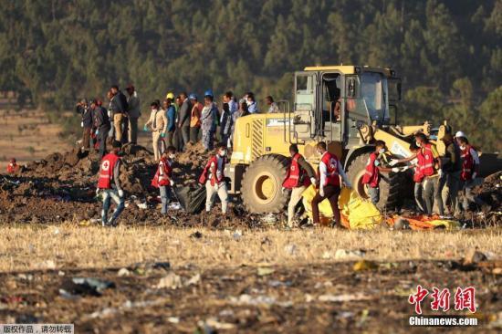 据埃塞俄比亚航空公司官网最新消息称,该公司失事的ET302客机的两个黑匣子:驾驶舱语音记录仪和飞行数据记录器均已寻获。当地时间3月10日上午,埃塞俄比亚航空公司一架波音737-MAX 8客机坠毁,机上157人全部遇难,中国大使馆证实其中8名死者为中国公民。图为搜救人员正在现场进行搜寻。