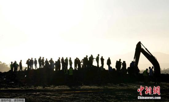 资料图:当地时间3月10日,埃塞俄比亚比绍夫图镇(Bishoftu)附近的坠机地点,大型机械设备进驻现场。据报道,埃塞俄比亚航空失事客机ET302坠落现场仅可看见一个直径约50米深度约10米的巨大深坑,目前有两台挖掘机和一台装载机在进行救援工作,不断挖出机翼部位残骸碎片。据参与救援人员介绍,失事飞机机头深深扎入地下,目前还未挖出。机身残骸散落范围达周边一万平米区域,黑匣子仍未找到。文字来源:央视新闻、北京青年报