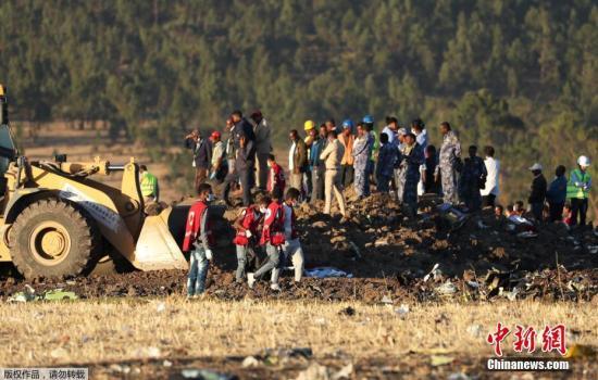 资料图:当地时间2019年3月10日,埃塞尔比亚亚的斯亚贝巴,搜救队继续在埃塞俄比亚航空坠机现场进行残骸清理和遗体搜寻工作。