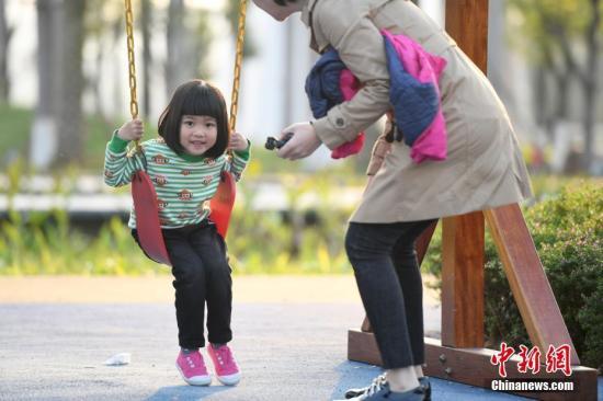 原料图:市民户表享福阳光。中新社记者 俞靖 摄