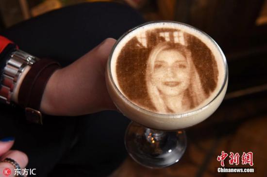 3月11日消息,英国伯明翰一家咖啡馆推出定制服务,咖啡师能够根据你的要求,制作专属个性咖啡。定制咖啡主要依靠3D打印机完成,客人只需要上传自己想要打印的照片,3D打印机就能将它完美还原到各种咖啡上。咖啡店员工表示,一杯3D打印咖啡仅售8.95英镑(约合人民币78元),客人们打印的图案形形色色,但最多的还是自拍照。图片来源:东方IC 版权作品 请勿转载