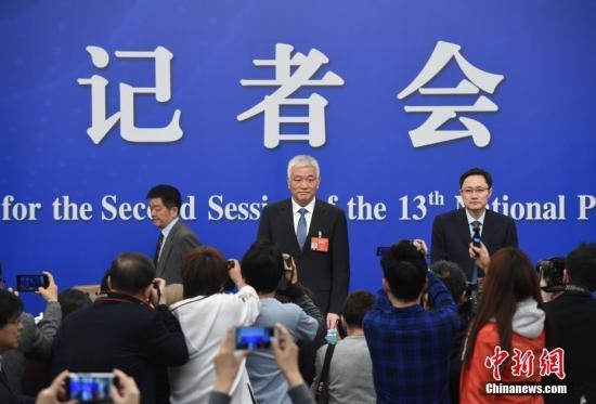 资料图:2019年3月11日,科技部部长王志刚(中)出席记者会。中新社记者 侯宇 摄