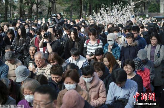 资料图:当地时间2019年3月11日,2011年东日本大地震和海啸灾难8周年到来之际,日本多地民众纷纷前往灾区祈福默哀。图为日本东京,参加东日本大地震8周年祭的民众。
