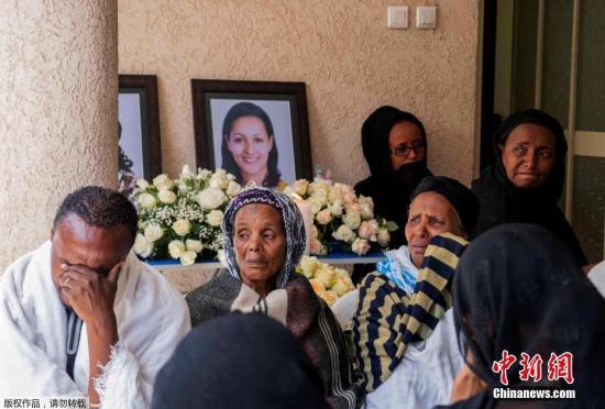 当地时间3月11日,埃塞尔比亚亚的斯亚贝巴,埃塞俄比亚航空坠机遇难者家属在家中悼念。10日,埃塞俄比亚航空公司一架从亚的斯亚贝巴飞往肯尼亚内罗毕的客机在起飞后不久坠毁,机上149名乘客和8名机组人员无一生还。