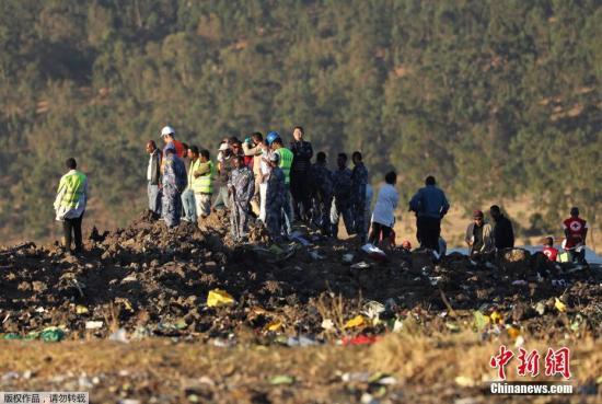 当地时间2019年3月10日,埃塞尔比亚亚的斯亚贝巴,搜救队继续在埃塞俄比亚航空坠机现场进行残骸清理和遗体搜寻工作。当天,埃航一架从亚的斯亚贝巴飞往肯尼亚内罗毕的客机在起飞后不久坠毁,机上149名乘客和8名机组人员无一生还。