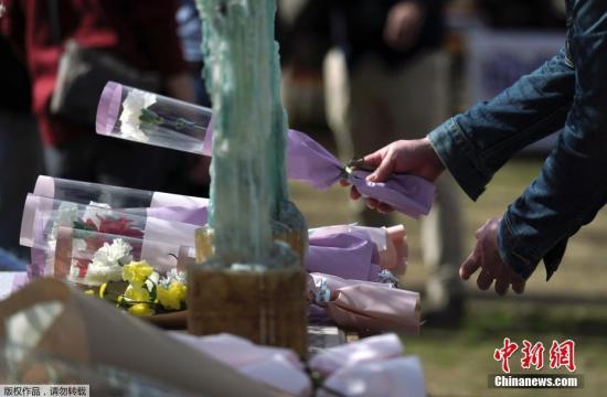 资料图:2019年,2011年东日本大地震和海啸灾难8周年到来之际,日本多地民众纷纷前往灾区祈福默哀。图为日本东京,一名男性为东日本大地震中遇难者献花。