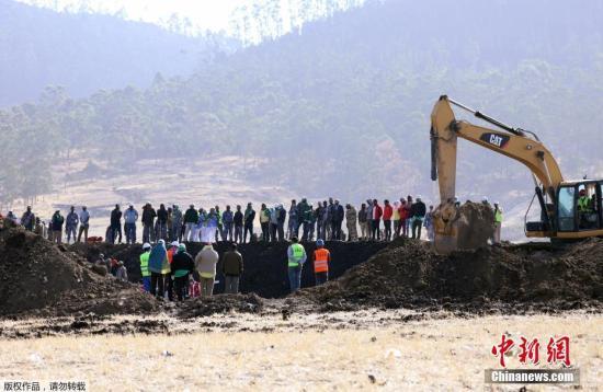 据埃塞俄比亚航空公司官网最新消息称,该公司失事的ET302客机的两个黑匣子:驾驶舱语音记录仪和飞行数据记录器均已寻获。当地时间3月10日上午,埃塞俄比亚航空公司一架波音737-MAX 8客机坠毁,机上157人全部遇难,中国大使馆证实其中8名死者为中国公民。图为坠机现场,救援人员努力搜寻黑匣子。