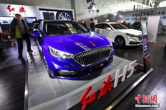 资料图:观众在车展上参观。<a target='_blank' href='http://www.chinanews.com/'>中新社</a>记者 刘新 摄