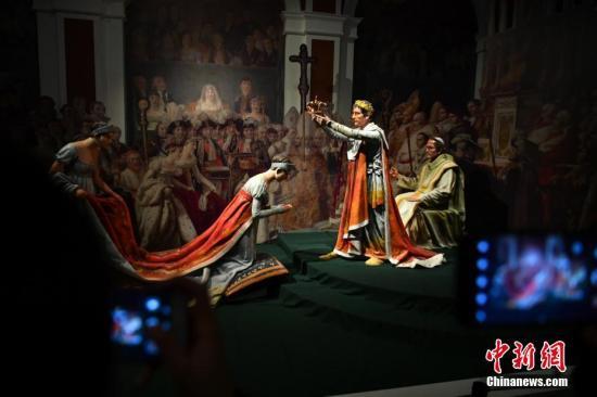 """3月12日,展品《拿破仑一世皇帝的加冕礼》吸引参观者拍照。当日,""""法兰西的雄鹰——拿破仑文物(中国)巡回展览""""在云南省博物馆开展。150余件(套)油画、雕塑、服装、生活用品等亮相昆明,展现了拿破仑跌宕起伏的戏剧人生,也再现了欧洲艺术文明的辉煌一页。中新社记者 任东 摄"""