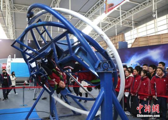 """3月12日,""""共筑航天新时代・山东烟台站""""中国航天科普展开幕,通过航天器实物、模型、视频、图文展板等形式,展现中国航天事业取得的成就。科普展分为航天展区和航天互动体验展区两大板块。""""航天展区""""聚焦中国航天事业的一系列重要成就,共展出六十多件展品,其中包括火箭残骸、返回舱降落伞等珍贵实物。 张玉雷 摄"""