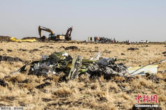 图为工人们继续在埃塞俄比亚航空公司ET302航班坠毁地点进行现场清理和遗体搜寻工作。