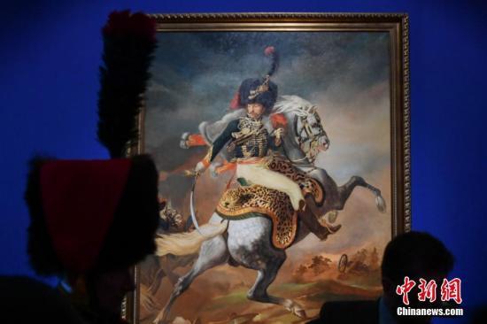 """3月12日,策展工作人员向参观者介绍展出的艺术作品。当日,""""法兰西的雄鹰——拿破仑文物(中国)巡回展览""""在云南省博物馆开展。150余件(套)油画、雕塑、服装、生活用品等亮相昆明,展现了拿破仑跌宕起伏的戏剧人生,也再现了欧洲艺术文明的辉煌一页。中新社记者 任东 摄"""